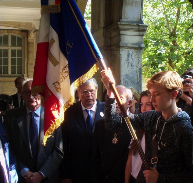 Le porte-drapeau du Lycée Jacques DECOUR reçoit le drapeau du Comité d'Action de la Résistance