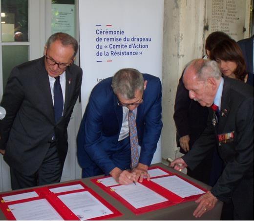 La signature de la convention de la remise du drapeau au Lycée Jacques DECOUR